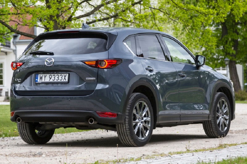 Mazda CX-5 2021, вид сзади и сбоку справа