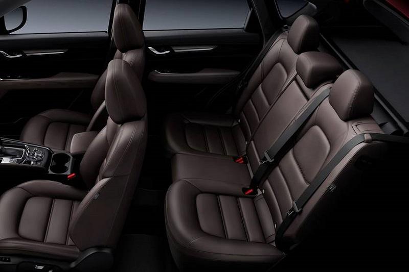 Салон Mazda CX-5 2021, передние и задние сидения