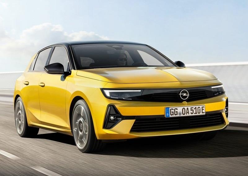 Opel Astra 2022, вид спереди и сбоку справа