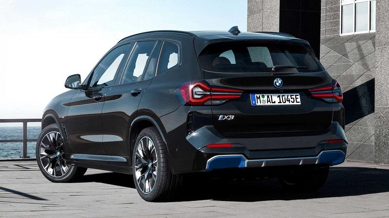 BMW iX3 2022, вид сзади и сбоку слева