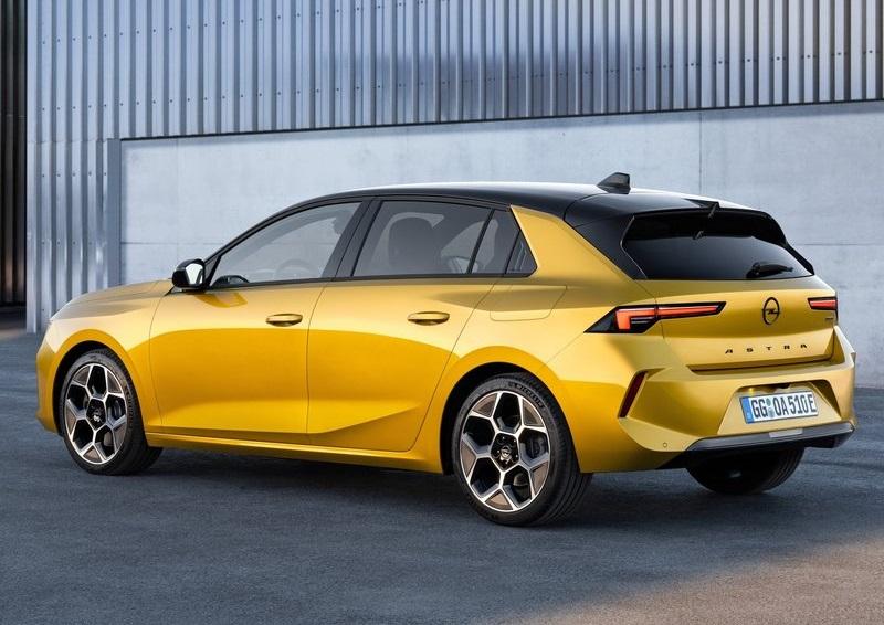 Opel Astra 2022, вид сзади и сбоку слева