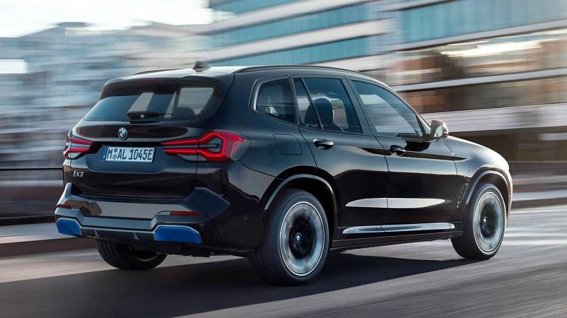 BMW iX3 2022, вид сзади и сбоку справа