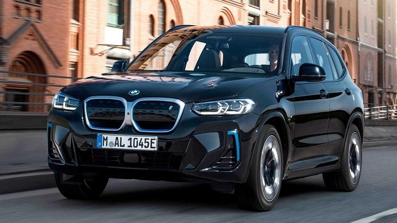 BMW iX3 2022, вид спереди и сбоку слева