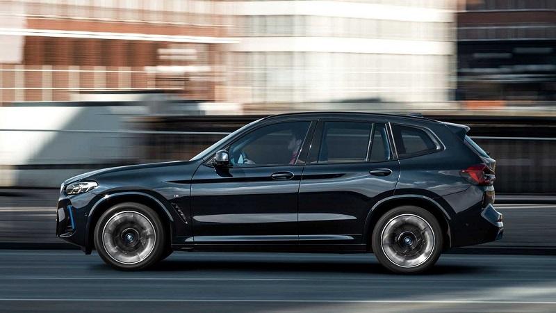 BMW iX3 2022, вид сбоку слева
