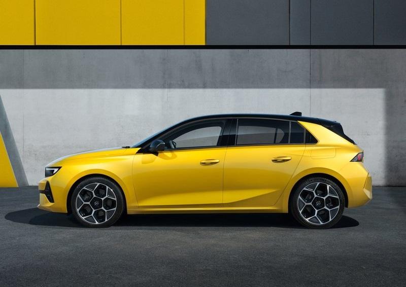 Opel Astra 2022, вид сбоку слева