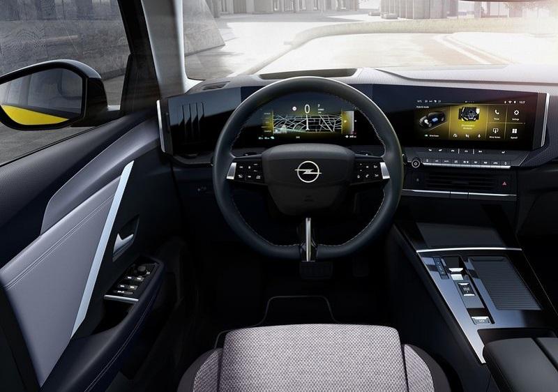 Салон Opel Astra 2022, руль и панель управления