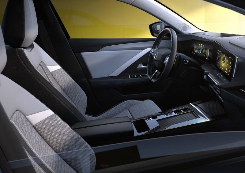 Салон Opel Astra 2022, передние сидения