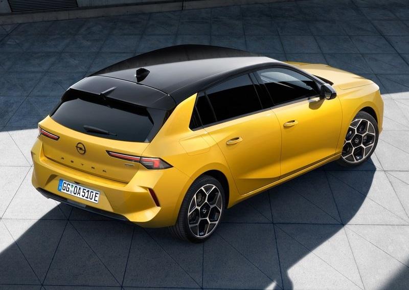 Opel Astra 2022, вид сзади и сбоку справа